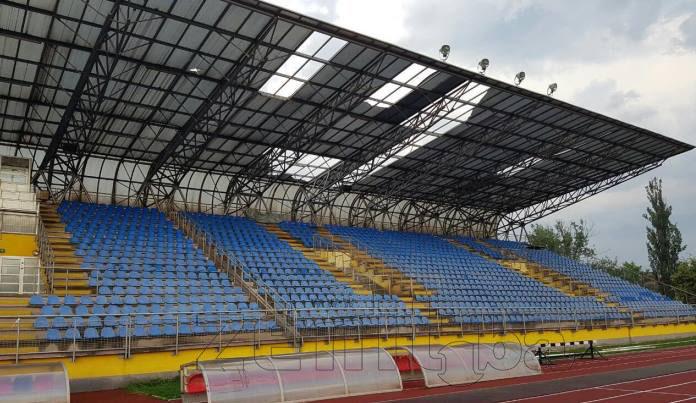 FOTO: Dijelovi krova tribine atletskog stadiona uslijed nevremena letjeli po Kamberoviću