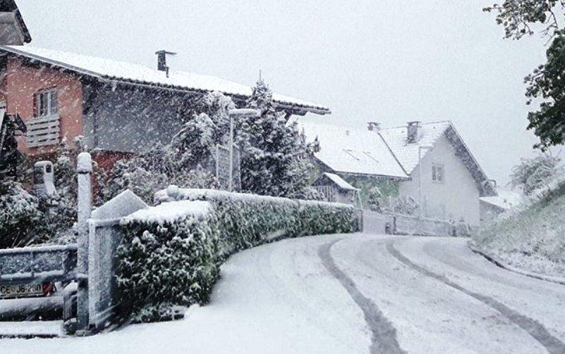 Snijeg zatrpao sjever Slovenije, putevi zatvoreni