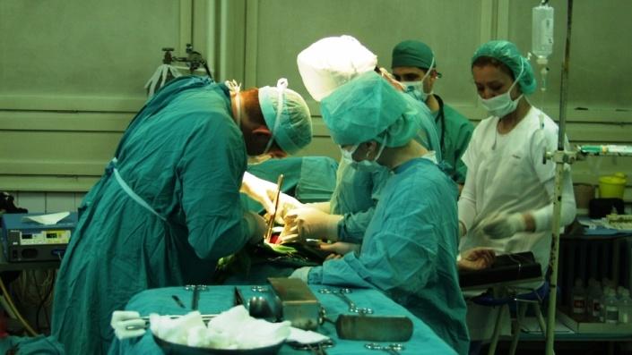 Britanski ljekari u UKC Tuzla izvode operacije kičme kod djece