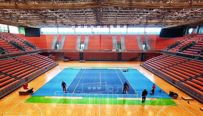 U Zenici počelo postavljanje podloge za Davis Cup mečeve BiH i JAR