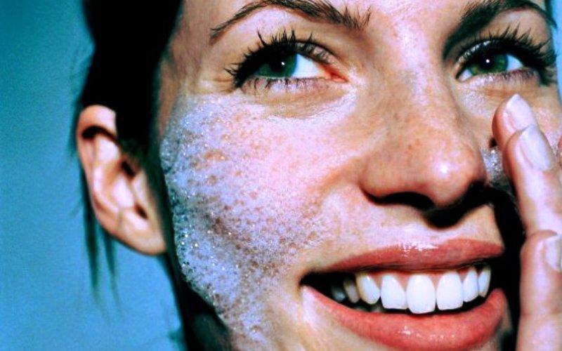 Dermatovenerolog o njezi tokom jeseni: Kako zaštititi kožu od hladnoće, vjetra i prljavog zraka