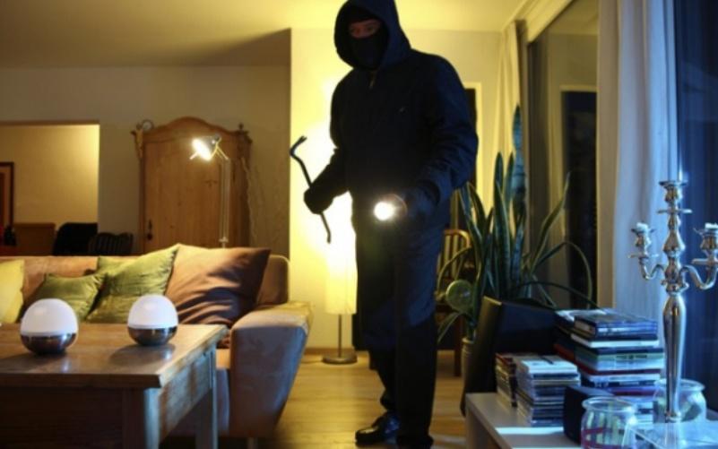 Lopov provalio u kuću, napio se i zaspao