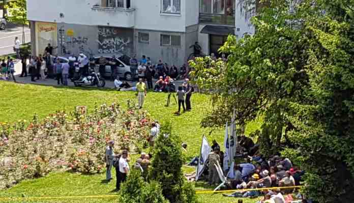 Borci ispred zgrade Vlade FBiH klanjali dženazu za stradale u srebreničkom genocidu (VIDEO)