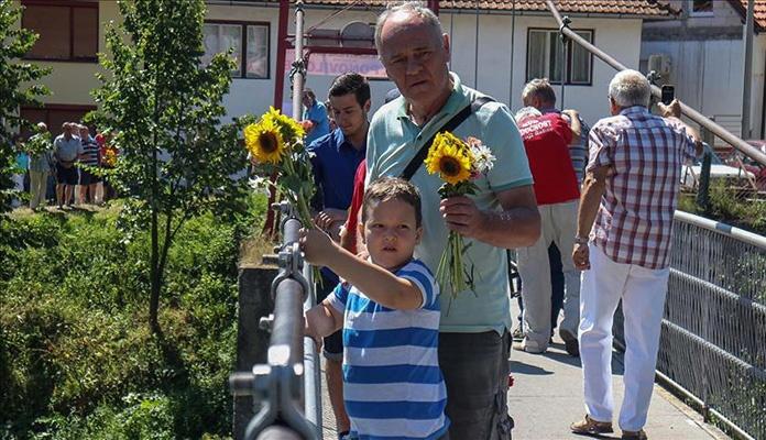 Cvijeće niz Vrbas u znak sjećanja na žrtve rata u BiH