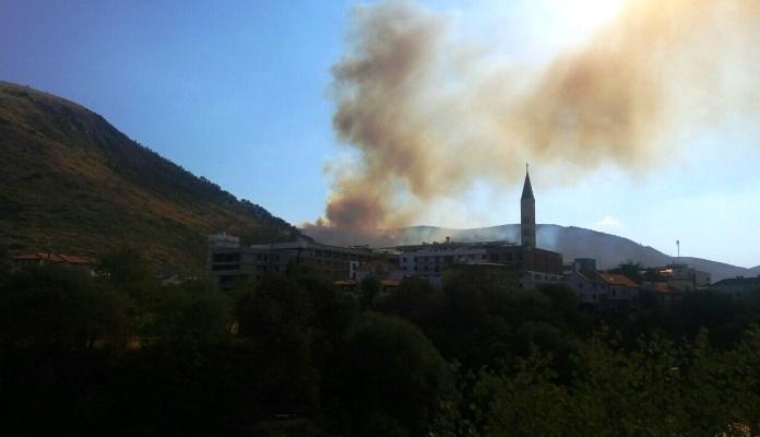 Požar kod Mostara sinoć gasili vatrogasci, građani i helikopter OSBiH (VIDEO)