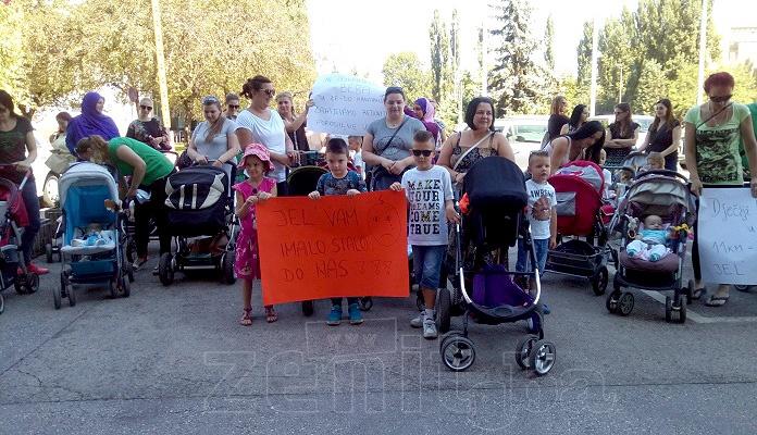 Porodilje iz Zenice protestovale ispred Gradske uprave (VIDEO)