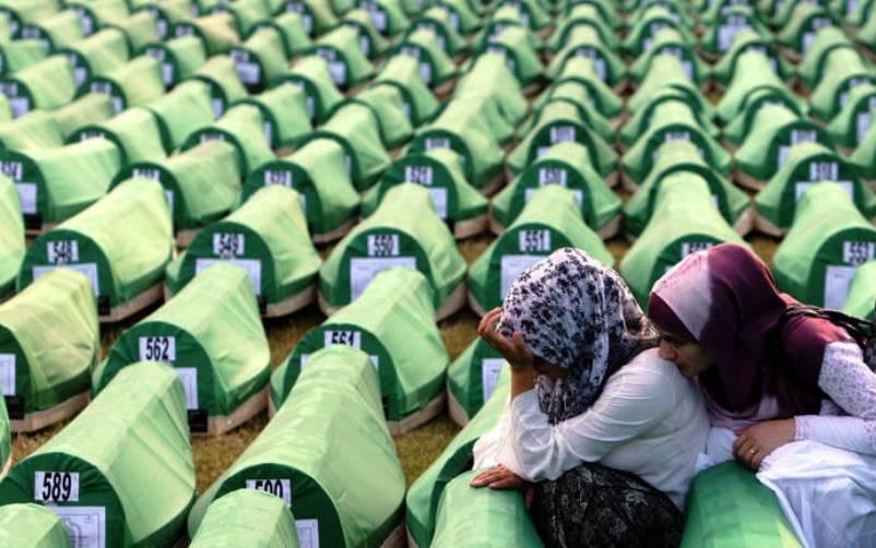 Tabuti sa posmrtnim ostacima srebreničkih žrtava spremni za kolektivnu dženazu u Potočarima