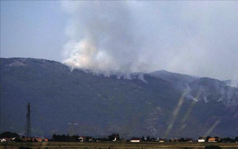 Vatra sa Dinare prijeti kućama u selu Odžak kod Livna