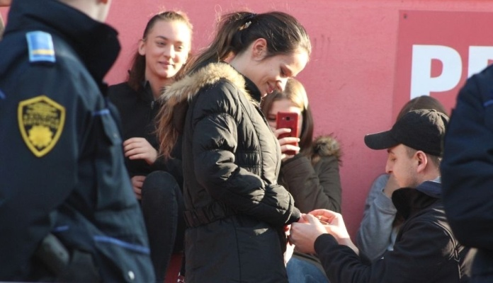 Navijač Čelika na utakmici protiv Širokog zaprosio djevojku