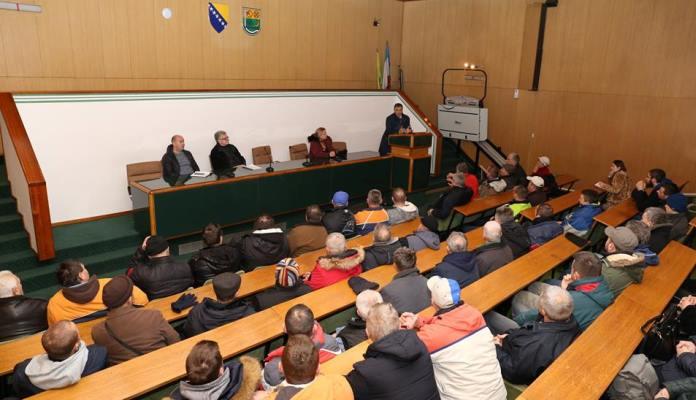 Sastanak gradonačelnika Fuada Kasumovića sa zakupcima na pijaci (FOTO)