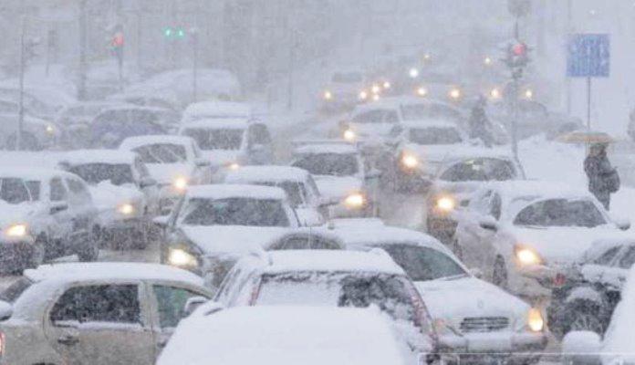 Zbog snijega otežano odvijanje saobraćaja, potrebni lanci preko planinskih prevoja