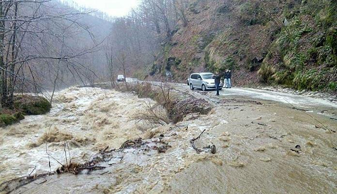 Otežano saobraćanje u BiH zbog poplavljenih dionica i odrona