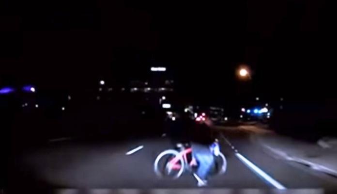 Objavljen snimak nesreće u kojoj je auto UBER ubilo biciklistkinju (VIDEO)