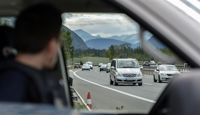 Maskirana lica presrela vozilo bh. tablica, putnike pretukli