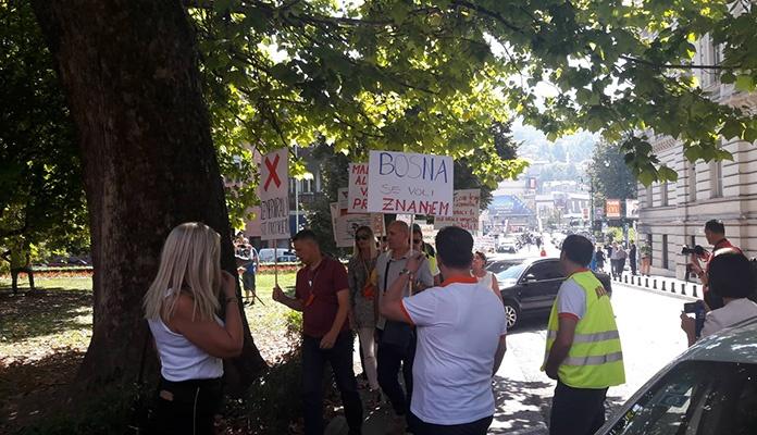 Počeo protest prosvjetnih radnika u Sarajevu zbog malih plata