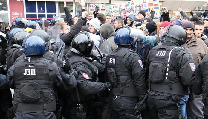 Pripadnici MUP-a RS silom rastjeruju građane s Trga Krajine