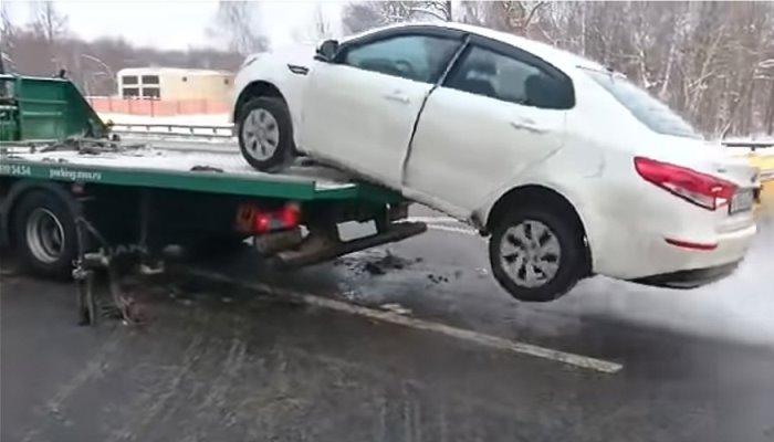 Ruski vozač spustio automobil sa vozila šlep-službe (VIDEO)
