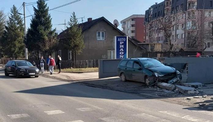 Vozilom se zabio u zid na Bristu