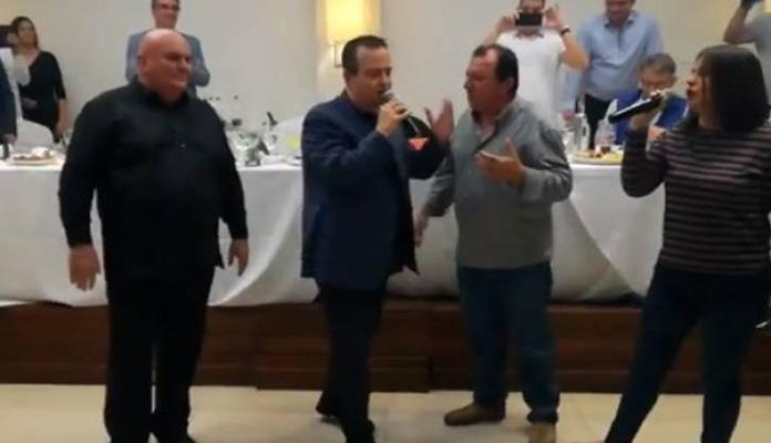 Ivica Dačić opet zapjevao pa razbio tanjir (VIDEO)