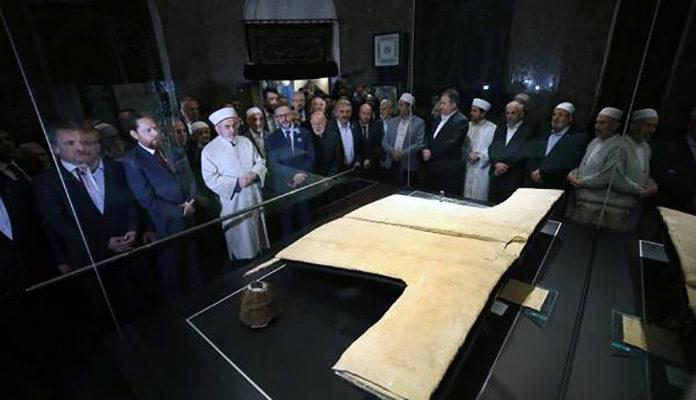 Veliki broj muslimana obilazi ogrtač poslanika Muhameda