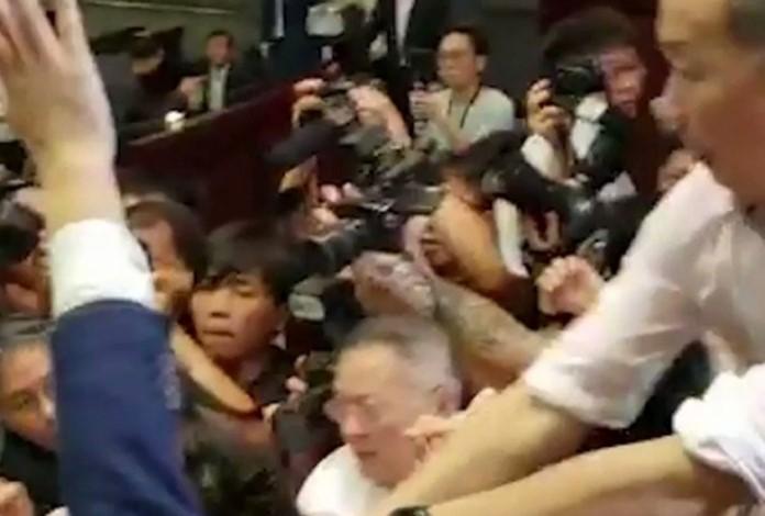 Velika tuča poslanika u parlamentu Hong Konga (VIDEO)
