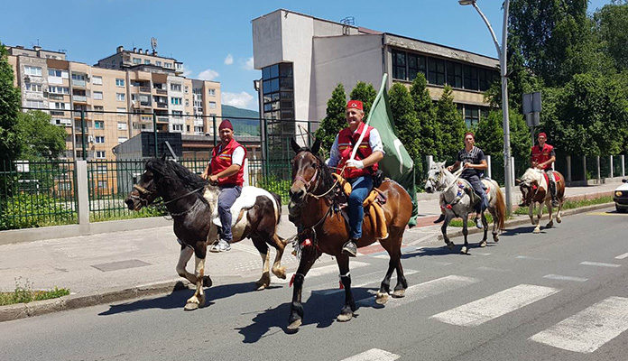 Konjanici prodefilirali zeničkim ulicama na putu prema Ajvatovici