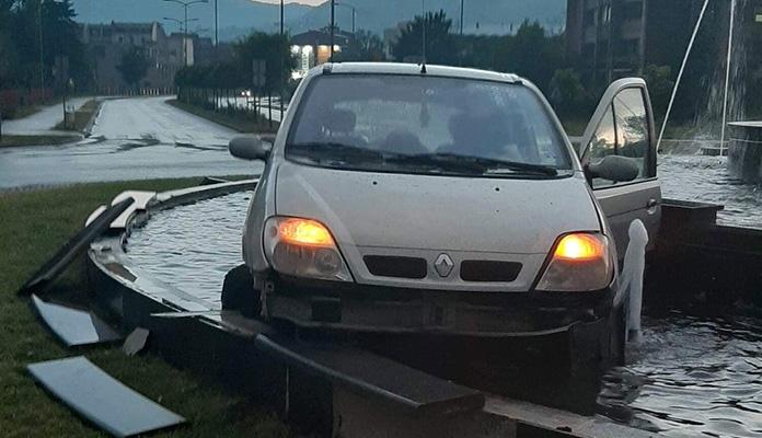 Vozač koji je završio u zeničkoj fontani će biti sudski gonjen zbog uništavanja imovine