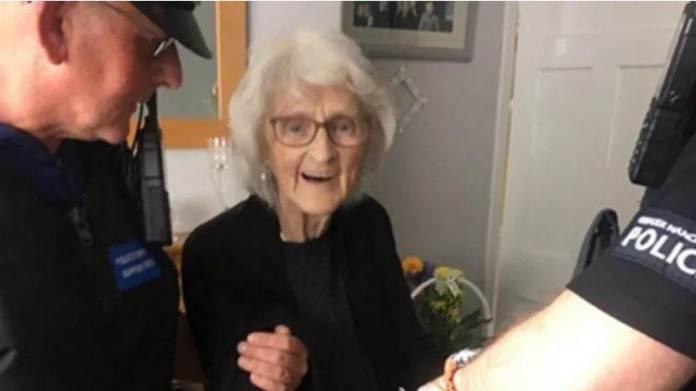 Policajci uhapsili baku da bi joj ispunili želju