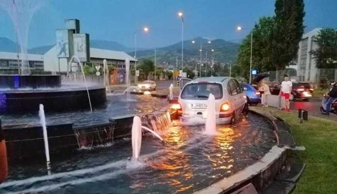 Izgubio kontrolu nad vozilom i završio u fontani na ulazu u Zenicu (FOTO)