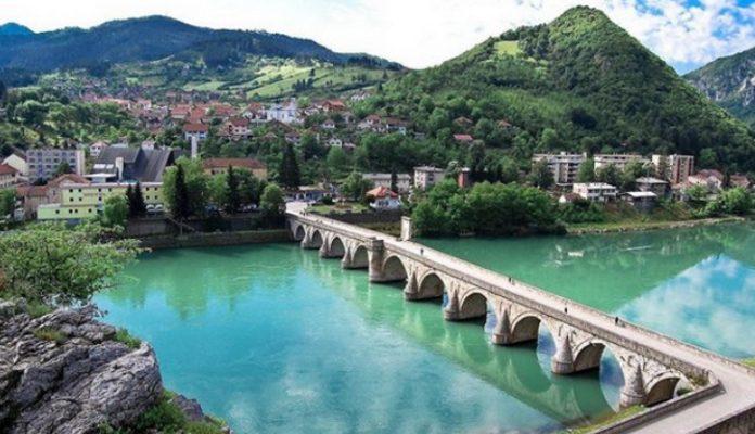 Bacanjem 3000 ruža u Drinu Višegrađani obilježavaju 27. godišnjicu stradanja
