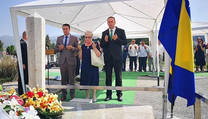 Delegacije Vlade i Skupštine ZDK odale počast bivšem Premijeru FBiH Ahmetu Hadžipašiću