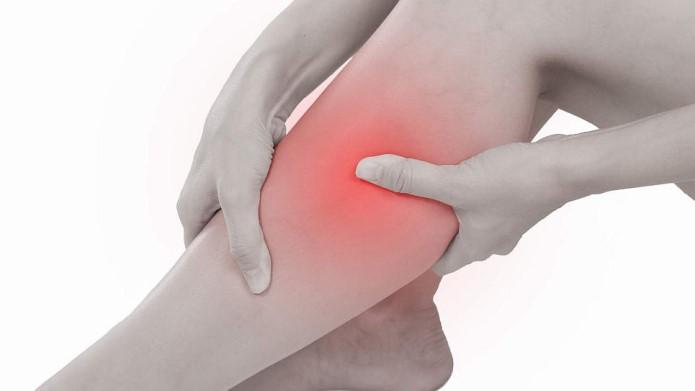 Šta uzrokuje grčeve u nozi dok spavate?