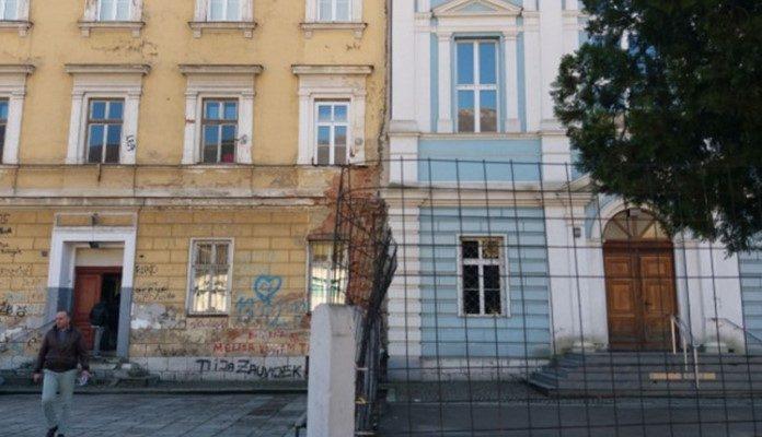 Srušena ograda podjele u školskom dvorištu u Travniku