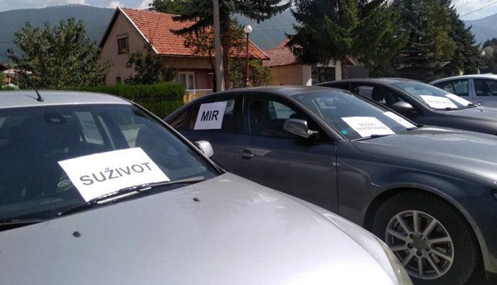 Na automobilima u Uskoplju osvanuli plakati s porukama mira i suživota