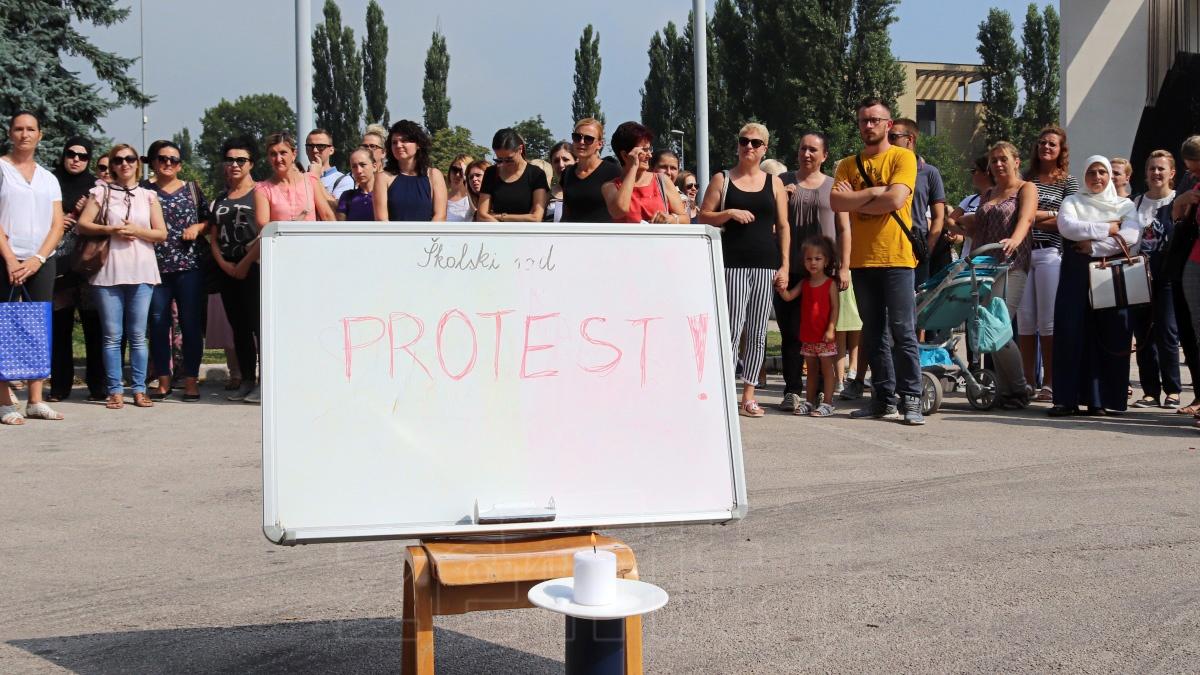 Prosvjetni radnici protestovali ispred Gradske uprave Zenica (FOTO)