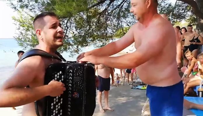 Samir Nurkić s harmonikom napravio pravi dernek na plaži u Hrvatskoj (VIDEO)