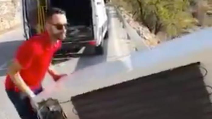 Bacio frižider sa litice, za kaznu morao da ga izvuče na vrh (VIDEO)