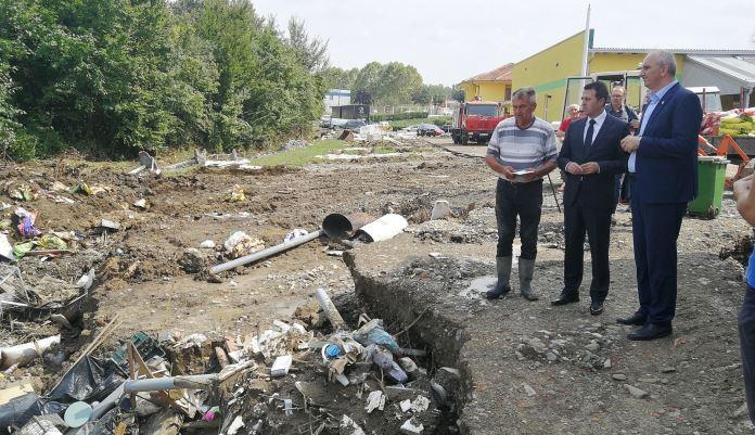 Premijer Ganić obišao poplavljena područja u općini Tešanj