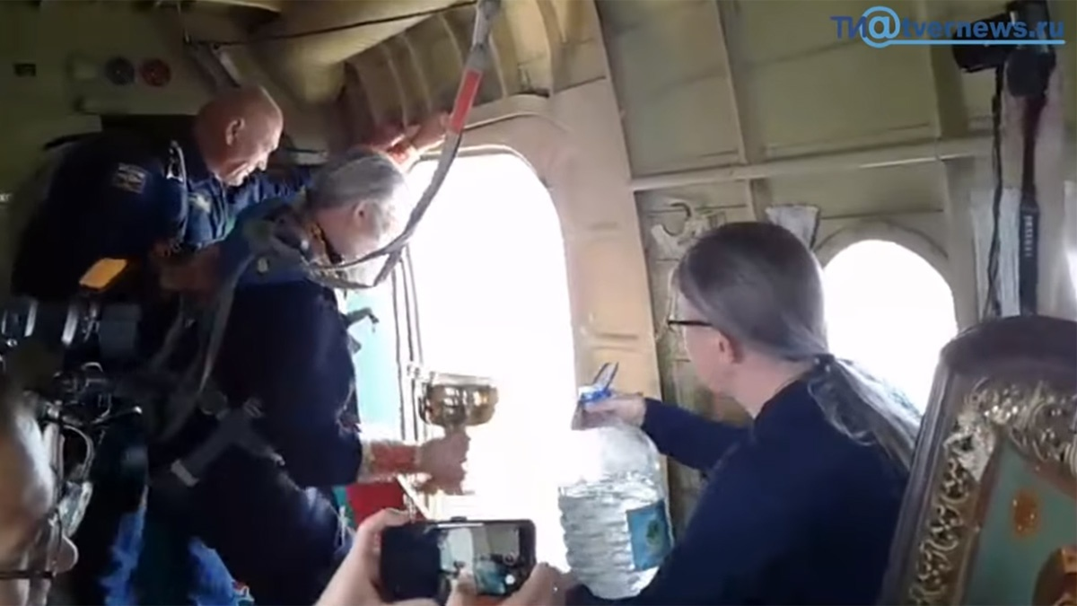 Pravoslavni sveštenici iz aviona osveštali grad svetom vodom (VIDEO)