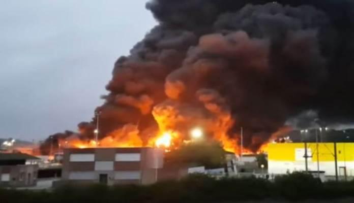 Gori fabrika u Francuskoj (VIDEO)