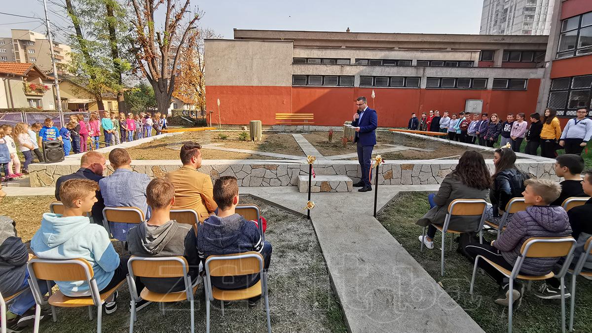 """Učenici OŠ """"Musa Ćazim Ćatić"""" u Blatuši dobili uređeno školsko dvorište"""