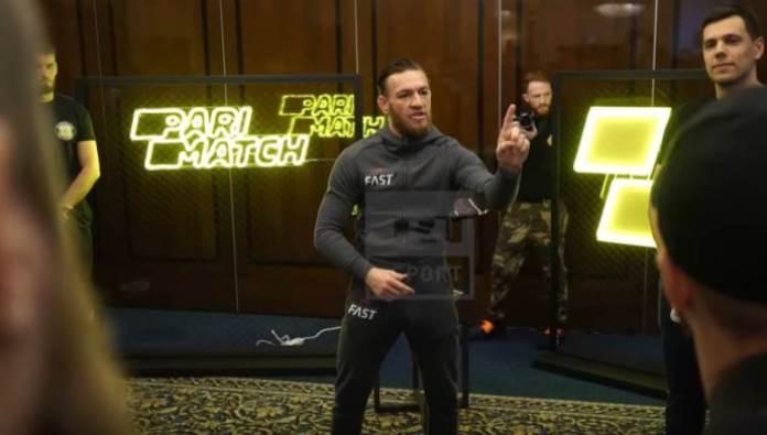 """Dagestanac gađao McGregora flašom: """"Šta ti je moj otac uradio"""" (VIDEO)"""