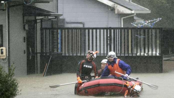 Snažan tajfun pogodio Japan, zabilježen i jak zemljotres (VIDEO)