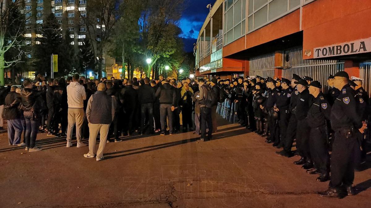 Mirni protest navijača Čelika ispred Bilinog polja (VIDEO+FOTO)