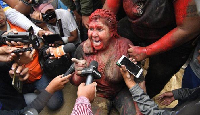 Demonstranti uhvatili gradonačelnicu, ošišali je i ofarbali (VIDEO)