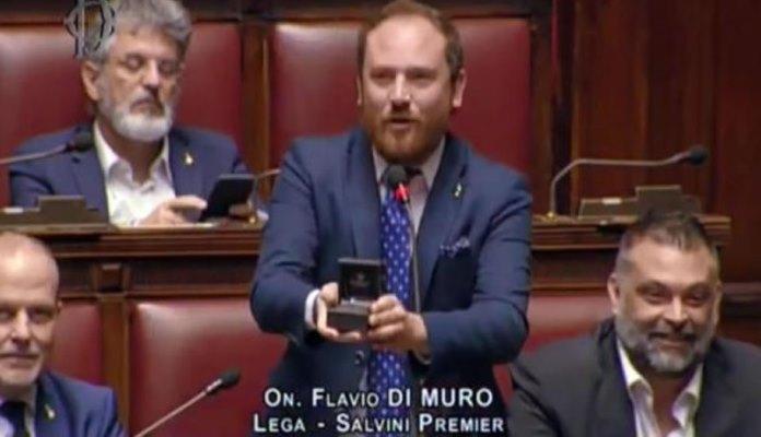 Italijanski političar pred kamerama zaprosio kolegicu na sjednici parlamenta (VIDEO)