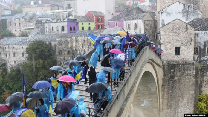 Prkosnim skokom po jakoj kiši i bez aplauza obilježena godišnjica rušenja Starog mosta (VIDEO)