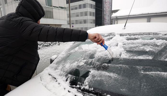 Otopina koja topi led i mraz sa stakala auta