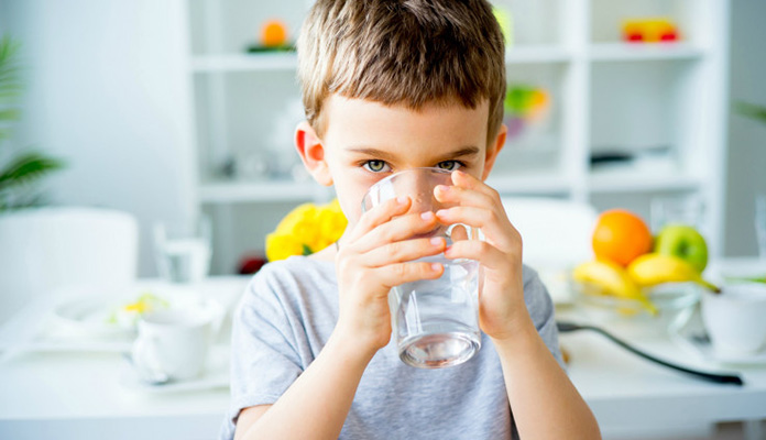 Evo koliko dnevno djeca trebaju piti vode