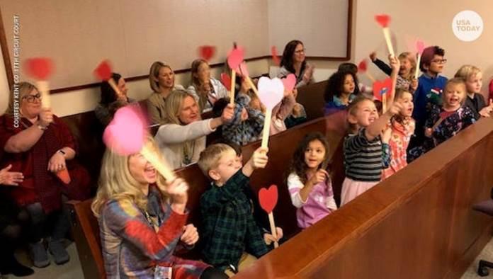 Dječak iz Michigana pozvao cijeli vrtić u sud da proslave njegovo usvajanje